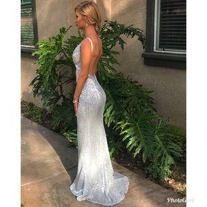 Dresses & Skirts - Beautiful silver prom dress 😍